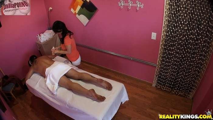 Camara oculta en la sala de masajes - foto 3
