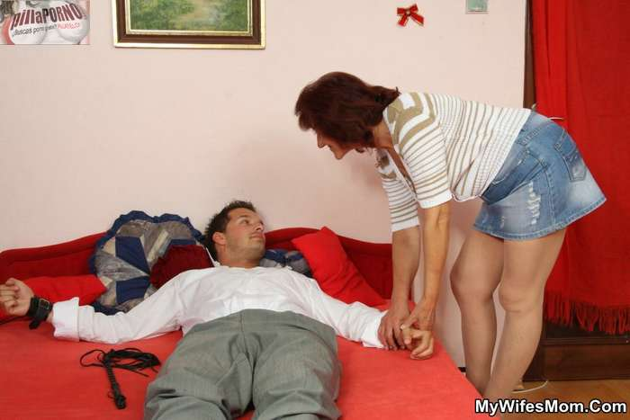 Mi novia me pilla follandome a su madre - foto 3