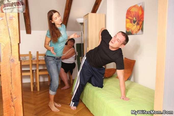 La madre de mi mujer me da un masaje - foto 2