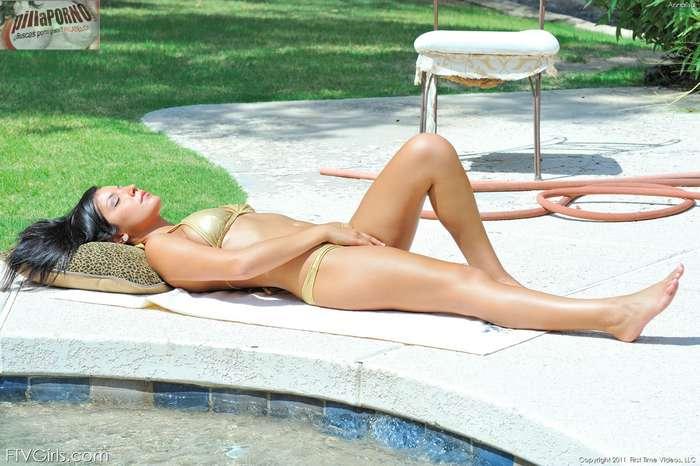 Tocandose el coño en la piscina - foto 3