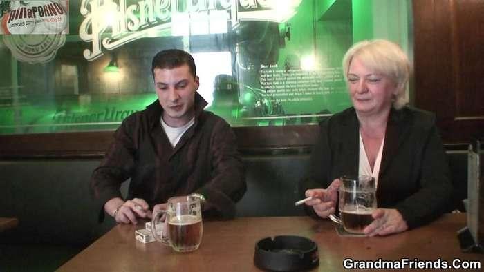 A mi madre borracha se la follan 2 desconocidos - foto 1