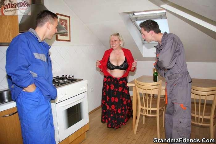 Madura paga con sexo a los dos fontaneros - foto 2