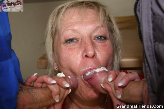 Madura paga con sexo a los dos fontaneros - foto 3