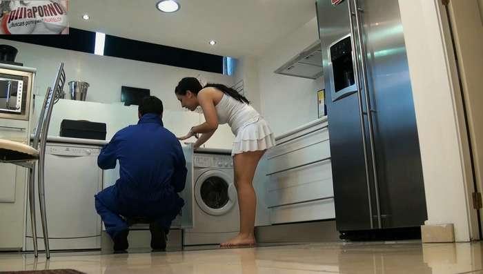 Joven madrileña seduciendo al fontanero - foto 1