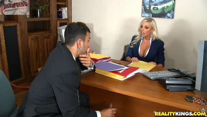 Le gusta follarselos en su despacho - foto 2