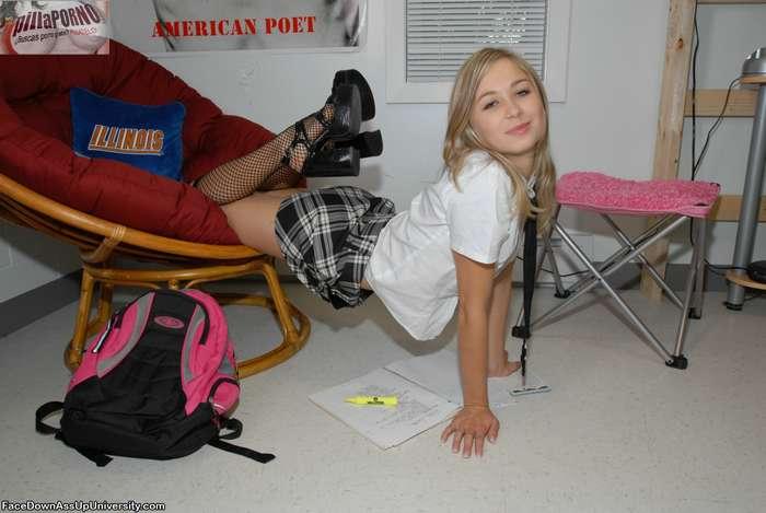 Joven colegiala castigada en su habitación - foto 2