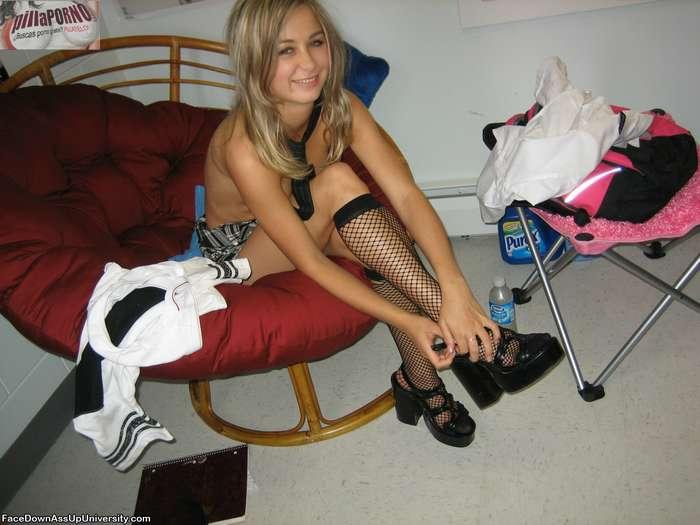 Joven colegiala castigada en su habitación - foto 3