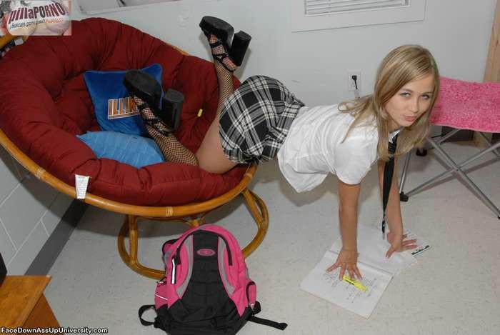 Joven colegiala castigada en su habitación - foto 4