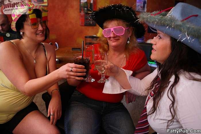 Fiesta en el pub con unas maduras - foto 1