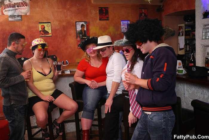 Fiesta en el pub con unas maduras - foto 2