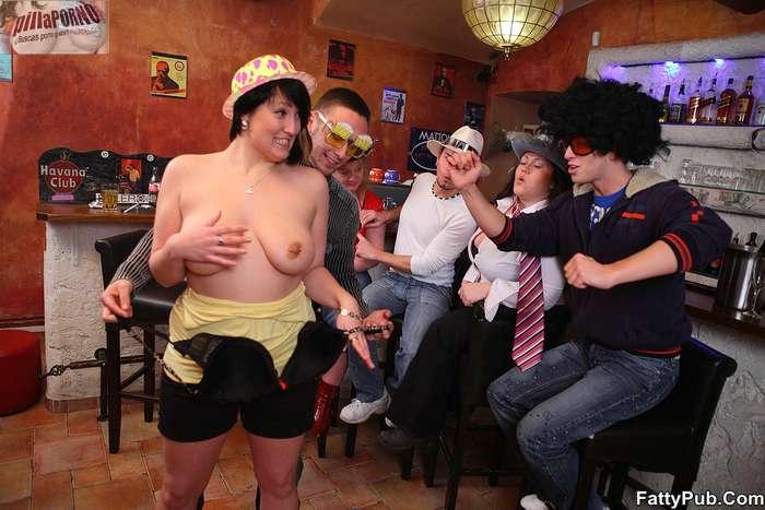 Fiesta en el pub con unas maduras - foto 3