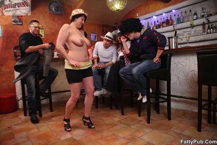Fiesta en el pub con unas maduras - foto 4