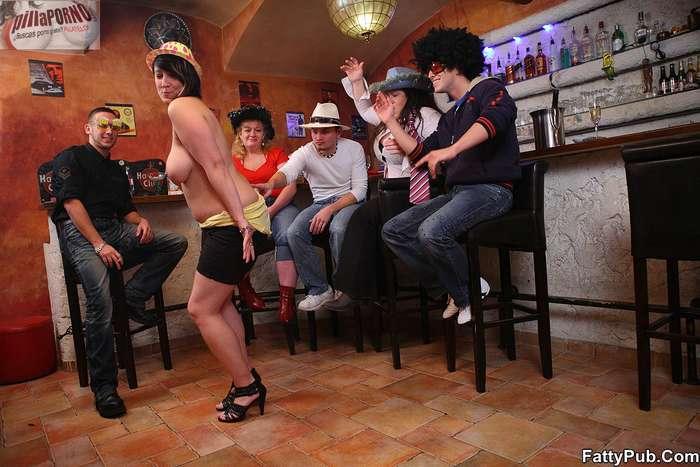 Fiesta en el pub con unas maduras - foto 5