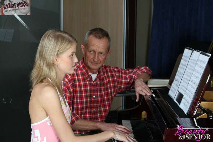 Atraida por su viejo profesor de piano - foto 1
