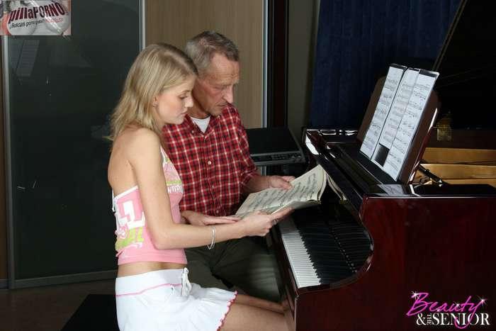 Atraida por su viejo profesor de piano - foto 2