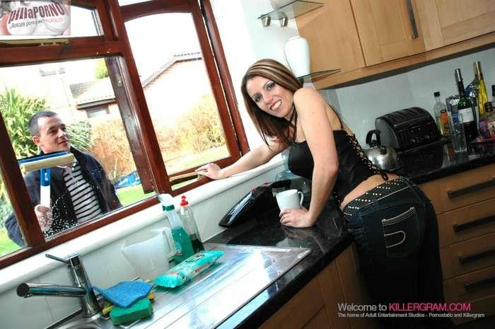 Ama de casa calentando al limpiacristales - foto 2