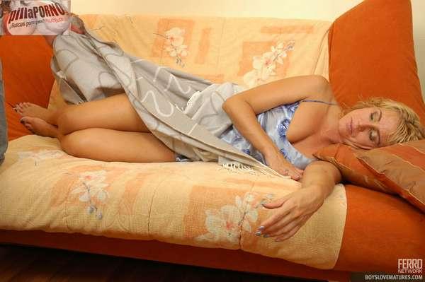 Se masturba viendo a la madre dormida - foto 1