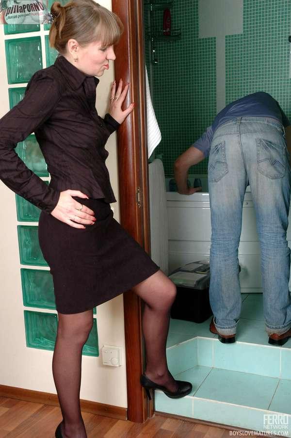 El fontanero le come el culo a la ama de casa - foto 2