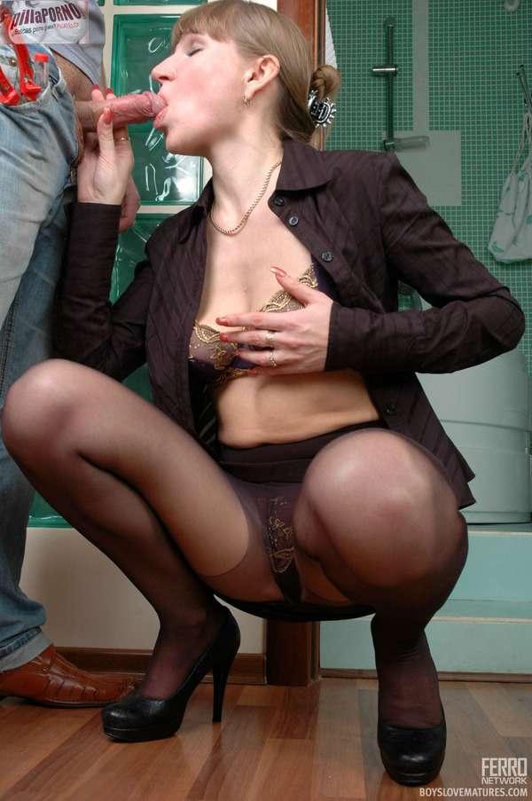 El fontanero le come el culo a la ama de casa - foto 5