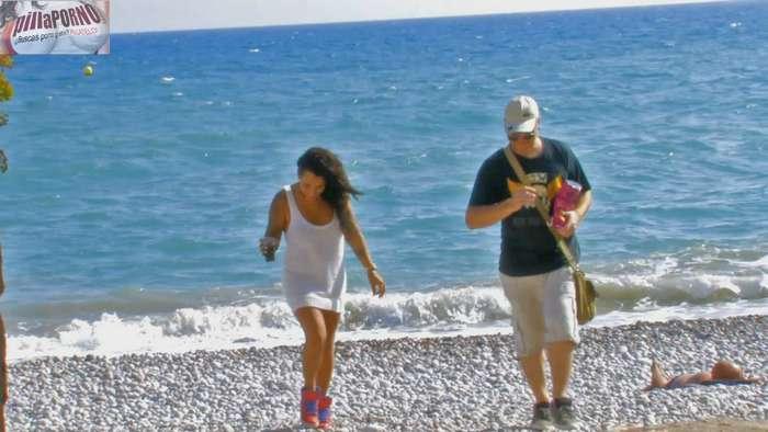 Se liga a una madurita en un chiringuito de playa - foto 4
