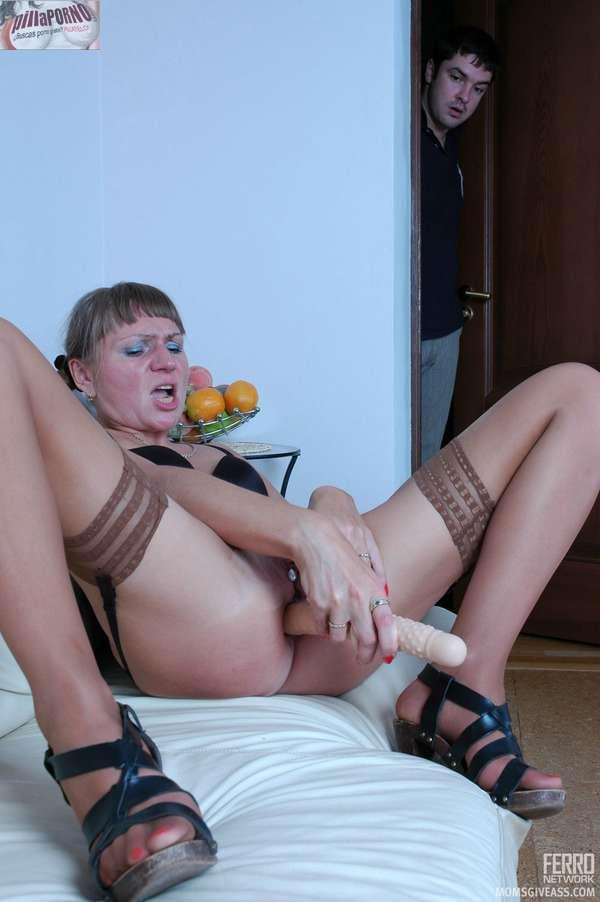 Pilla a su madre masturbandose el culo - foto 1