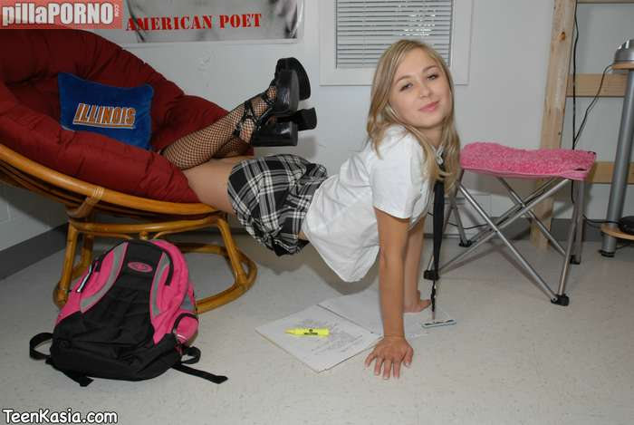 Jovencita castigada sin salir de la habitación - foto 2