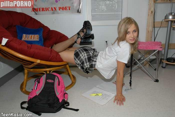 Jovencita castigada sin salir de la habitación - foto 4