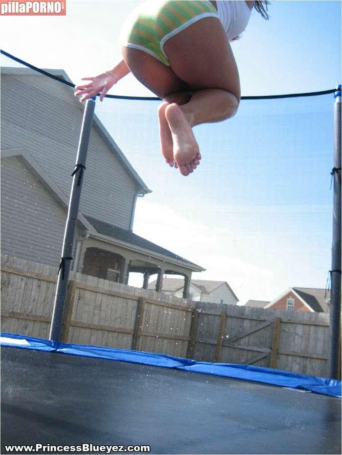 Saltando sobre una cama elastica en bragas - foto 2