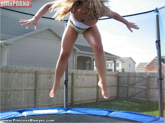 Saltando sobre una cama elastica en bragas - foto 4