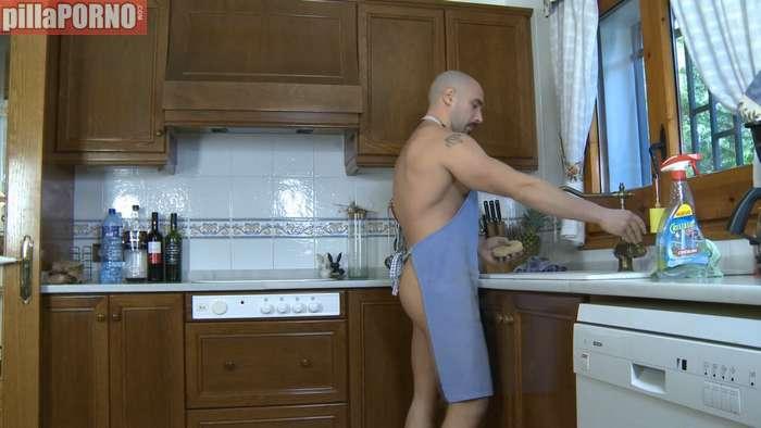 Milf española abusando del chico de la limpieza - foto 1