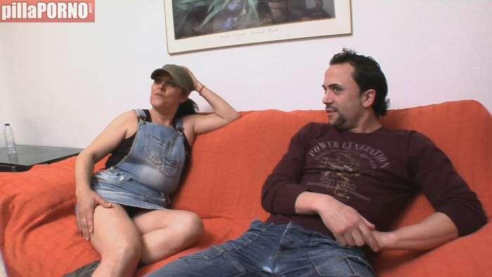 El marido viendo el futbol y ella sexo con un vecino - foto 1