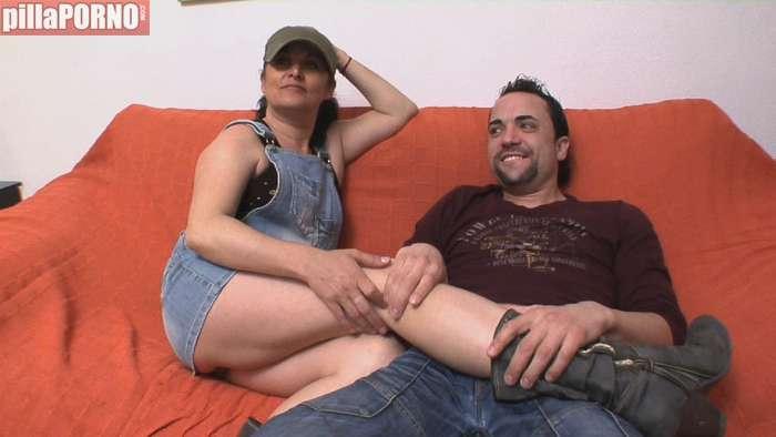 El marido viendo el futbol y ella sexo con un vecino - foto 2