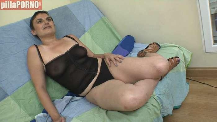 Madrileña enseña a follar a un amigo de su hijo - foto 1