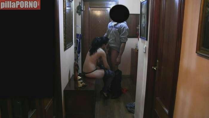Ama de casa follandose al repartidor baboso - foto 3