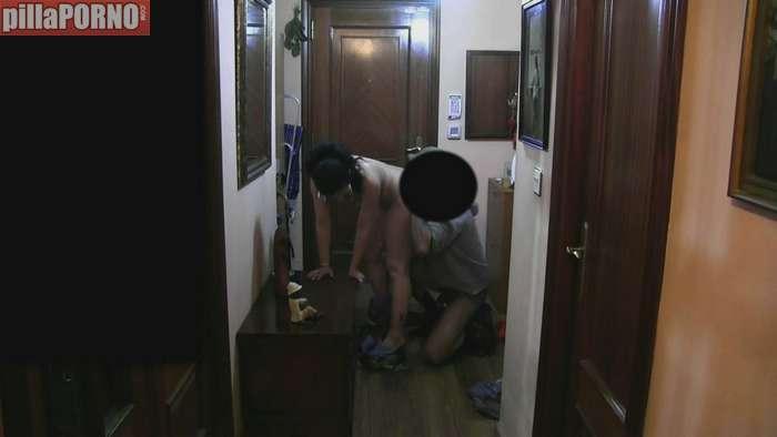 Ama de casa follandose al repartidor baboso - foto 4