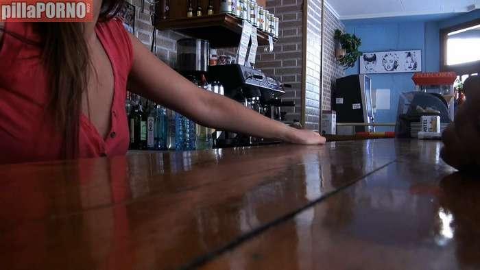 Camarera de bar interesada en grabar porno - foto 1
