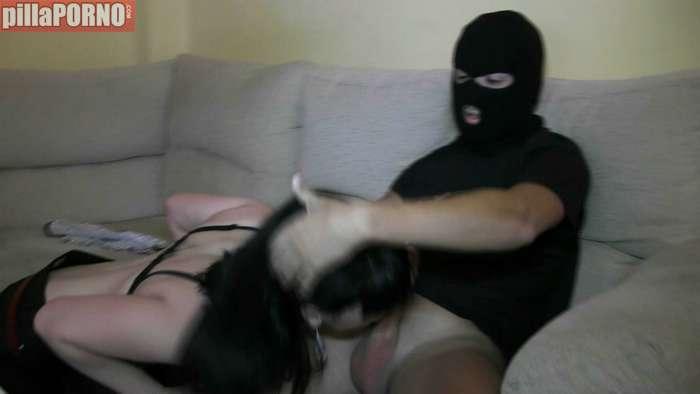 Entra a robar y se folla a la ama de casa - foto 4