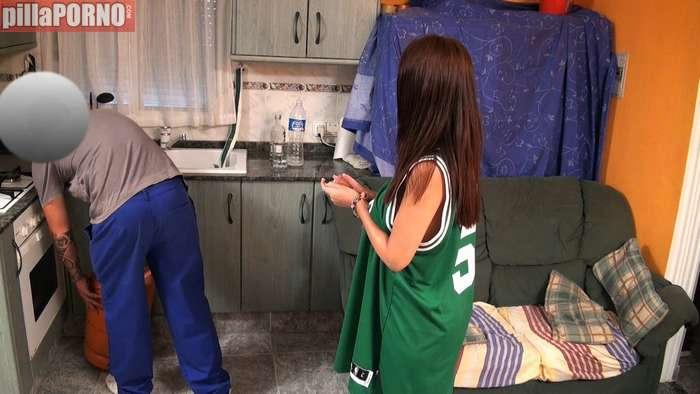 La joven se graba follando con el del butano - foto 2