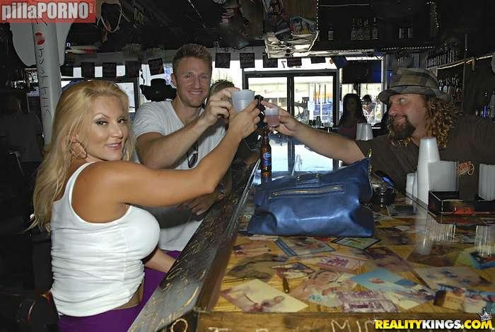 Se folla a la madura que se liga en el bar - foto 1