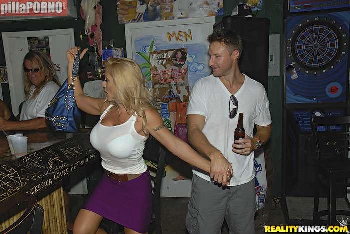 Se folla a la madura que se liga en el bar - foto 2