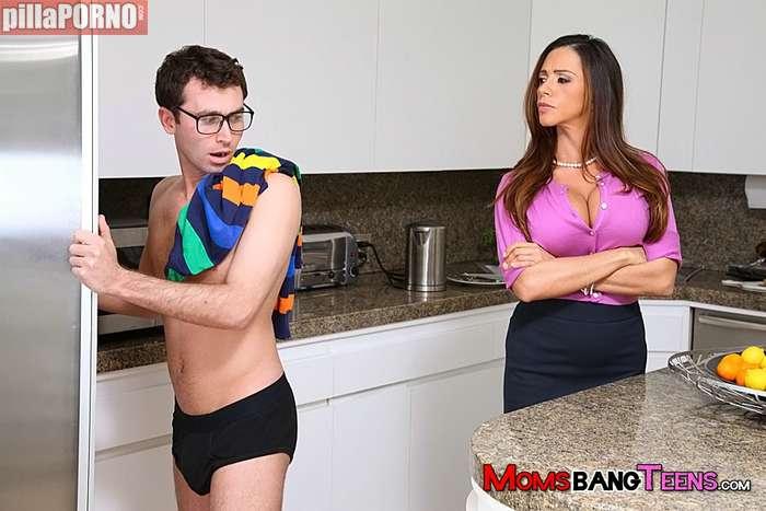 La madre de mi novia abusa de mí en la cocina - foto 1