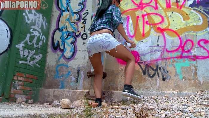 El policia la pilla haciendo graffitis ilegalmente - foto 1