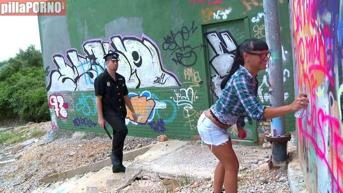 El policia la pilla haciendo graffitis ilegalmente - foto 2