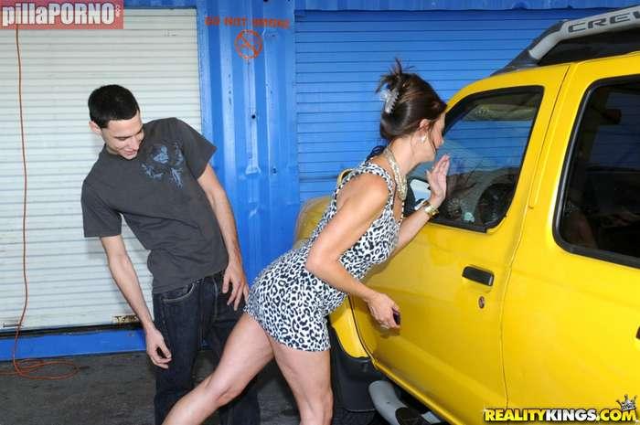 Madura follandose al joven mecanico de 18 años - foto 2