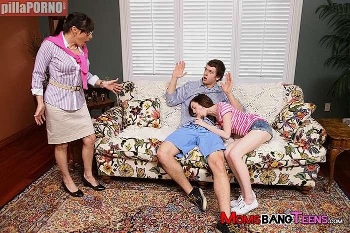 Que oportuna, mamá me pilla con mi novia … - foto 4