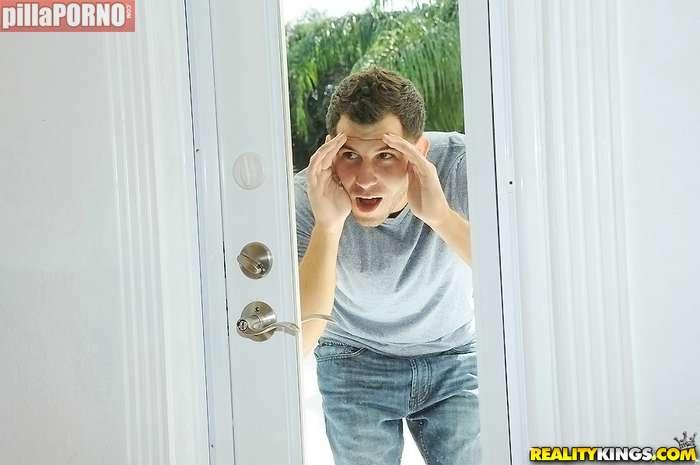 Espiando a mi vecina mientras se ducha - foto 1