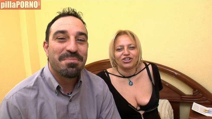 Me follo a un jovencito delante de mi marido - foto 1