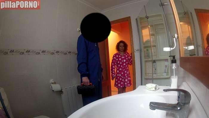 Ama de casa calienta al electricista para follarselo - foto 2
