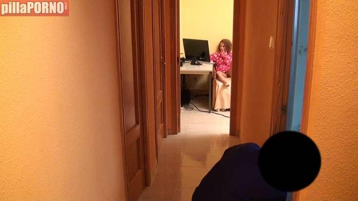 Ama de casa calienta al electricista para follarselo - foto 3