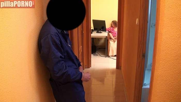 Ama de casa calienta al electricista para follarselo - foto 4